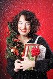 Mujer que sostiene el regalo y el árbol Fotografía de archivo