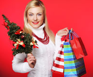Mujer que sostiene el regalo y el árbol Foto de archivo