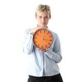 Mujer que sostiene el reloj de alarma grande Imagen de archivo