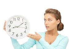 Mujer que sostiene el reloj grande Imagen de archivo