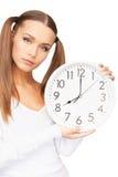 Mujer que sostiene el reloj grande Foto de archivo