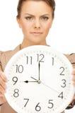 Mujer que sostiene el reloj grande Imágenes de archivo libres de regalías