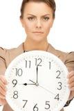 Mujer que sostiene el reloj grande Imagenes de archivo