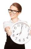 Mujer que sostiene el reloj grande Fotografía de archivo