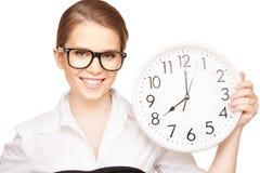 Mujer que sostiene el reloj grande Fotos de archivo