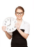 Mujer que sostiene el reloj grande Foto de archivo libre de regalías