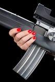 Mujer que sostiene el rifle de asalto Fotografía de archivo libre de regalías
