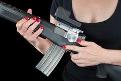 Mujer que sostiene el rifle de asalto Fotos de archivo libres de regalías