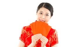Mujer que sostiene el sobre rojo para el dinero afortunado Fotos de archivo libres de regalías
