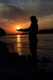 Mujer que sostiene el sol Fotos de archivo