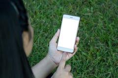 Mujer que sostiene el teléfono elegante Fotografía de archivo libre de regalías