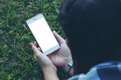 Mujer que sostiene el teléfono elegante Fotos de archivo libres de regalías