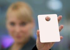 Mujer que sostiene hacia fuera la tarjeta imagen de archivo libre de regalías