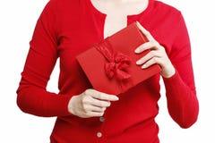 Mujer que sostiene la actual caja roja con el arco grande Imagen de archivo