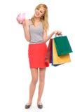 Mujer que sostiene la batería guarra y bolsos de compras Fotografía de archivo libre de regalías
