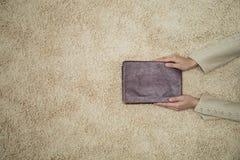 Mujer que sostiene la biblia foto de archivo libre de regalías