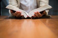 Mujer que sostiene la biblia imágenes de archivo libres de regalías
