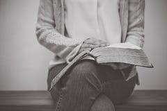 Mujer que sostiene la biblia imagenes de archivo