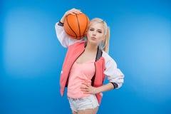 Mujer que sostiene la bola del baloncesto Fotografía de archivo
