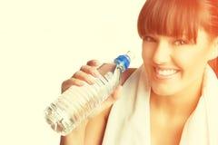 Mujer que sostiene la botella de agua Fotografía de archivo