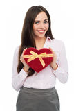 Mujer que sostiene la caja en forma de corazón Imagen de archivo