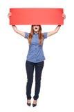 Mujer que sostiene la cartulina en blanco roja Foto de archivo