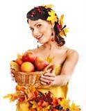 Mujer que sostiene la cesta del otoño. Imágenes de archivo libres de regalías