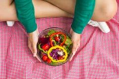 Mujer que sostiene la ensalada de las verduras frescas Fotos de archivo libres de regalías