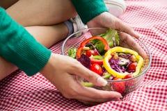 Mujer que sostiene la ensalada de las verduras frescas Foto de archivo libre de regalías
