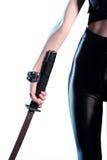 Mujer que sostiene la espada del katana disponible Imagen de archivo
