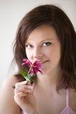 Mujer que sostiene la flor rosada Fotos de archivo libres de regalías