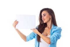 Mujer que sostiene la hoja de papel blanca Foto de archivo libre de regalías