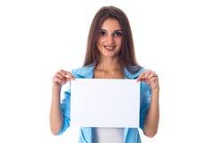 Mujer que sostiene la hoja de papel blanca Imagenes de archivo