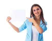 Mujer que sostiene la hoja de papel blanca Fotos de archivo libres de regalías