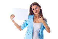 Mujer que sostiene la hoja de papel blanca Imagen de archivo