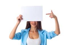 Mujer que sostiene la hoja de papel blanca Imágenes de archivo libres de regalías