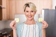 mujer que sostiene la manzana de las rebanadas Foto de archivo