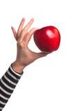 Mujer que sostiene la manzana red delicious orgánica Imagen de archivo libre de regalías