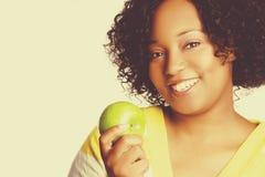 Mujer que sostiene la manzana verde imágenes de archivo libres de regalías