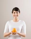 Mujer que sostiene la naranja entera fresca Fotos de archivo libres de regalías