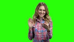 Mujer que sostiene la PC transparente de la tableta en la pantalla verde almacen de metraje de vídeo