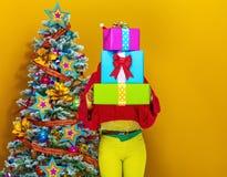 Mujer que sostiene la pila de cajas del regalo de Navidad Imagen de archivo