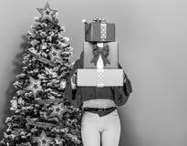 Mujer que sostiene la pila de cajas del regalo de Navidad Fotos de archivo