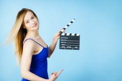 Mujer que sostiene la pizarra profesional de la película Foto de archivo libre de regalías