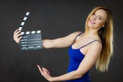 Mujer que sostiene la pizarra profesional de la película Imagenes de archivo