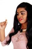 Mujer que sostiene la píldora de la vitamina Foto de archivo libre de regalías