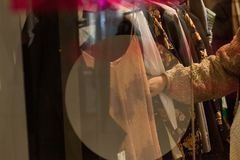 Mujer que sostiene la ropa en una tienda durante compras fotografía de archivo libre de regalías