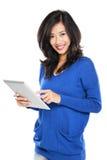 Mujer que sostiene la tableta Imagen de archivo libre de regalías