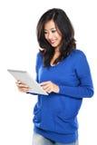 Mujer que sostiene la tableta Fotos de archivo libres de regalías