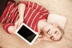 Mujer que sostiene la tableta de la PC Copyspace de la pantalla en blanco Fotografía de archivo